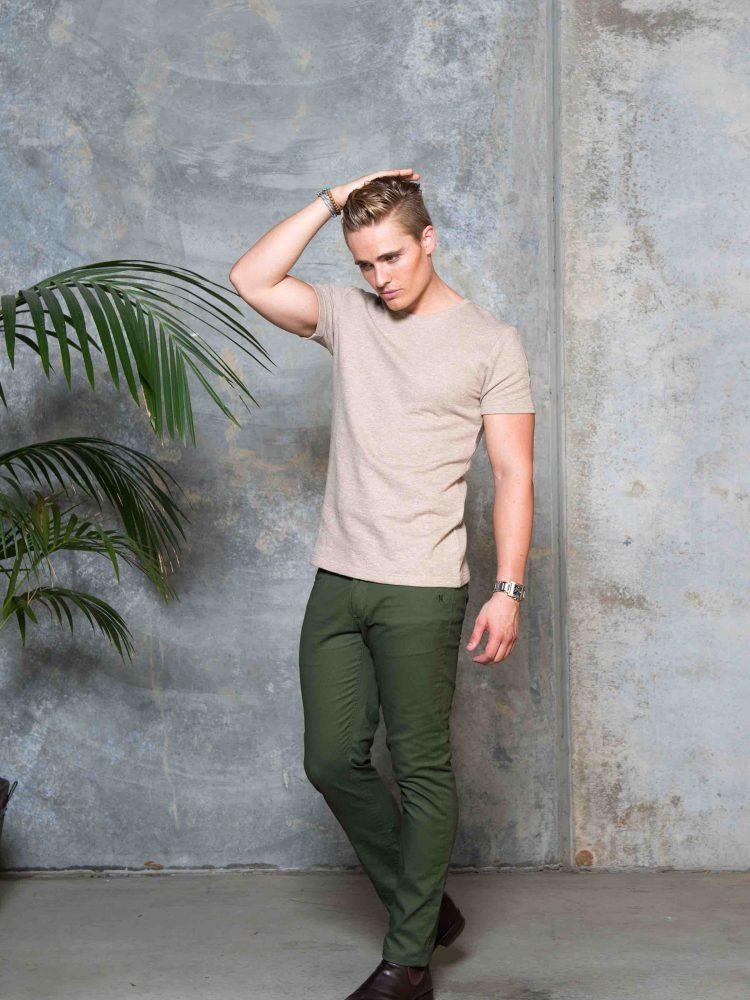 UBERMEN BLEND COTTON T-SHIRT/ MOSS GREEN CHINO PANTS